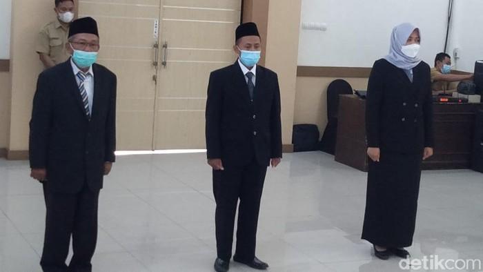 Lurah Jombatan di Kecamatan/Kabupaten Jombang, Kislan viral gara-gara meminta THR ke sejumlah pengusaha. Kini ia dicopot dari jabatannya.