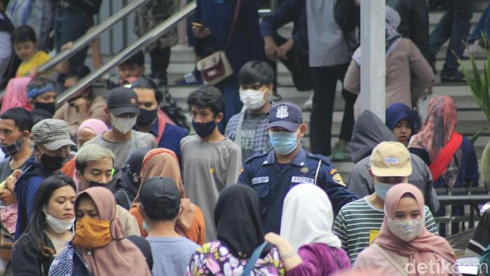 Warga Serbu Pusat Belanja di Bandung