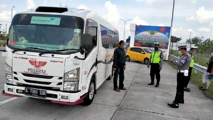 17 Pemudik yang nekat ingin pulang kampung ke Bojonegoro diamankan tim penyekatan pemudik, di exit Tol Ngawi. Para pemudik berasal dari Bogor. Mereka diamankan dari sebuah mini bus nopol B 7066 TDB.