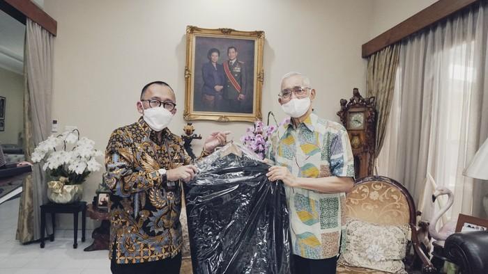 Wakil Presiden ke-6, Try Sutrisno dan Wakil Presiden ke-9, Hamzah Haz menghibahkan koleksi pribadinya kepada Museum Kepresidenan Republik Indonesia Balai Kirti.