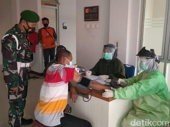 38 pekerja migran Indonesia (PMI)/TKI asal Lamongan yang sudah masuk karantina yang ada di Rusunawa. Dari 38 PMI ini, 23 di antaranya sudah diperbolehkan pulang ke rumahnya. Mereka dikarantina selama 3 hari dengan hasil tes negatif.