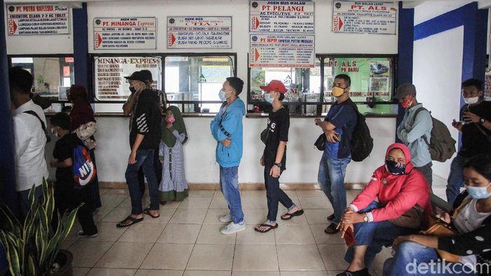 Para calon pemudik mengikuti tes genose di Terminal Poris Plawad, Kota Tangerang, Banten, Selasa (4/5/2021).