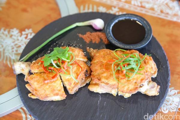 Yang ini, ayam nangking. Ayamnya dicampur dengan udang dan sangat lezat.
