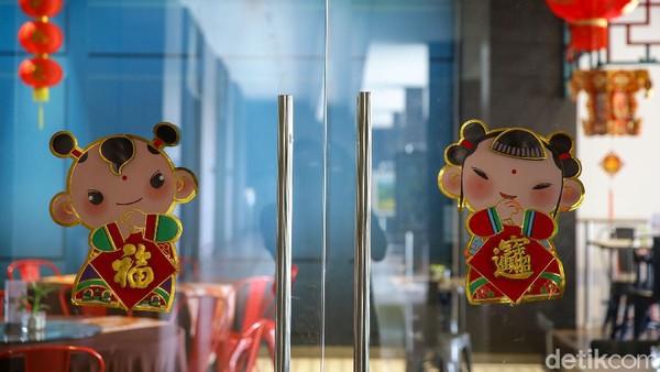 Hotel yang dipilih adalah Aston Banyuwangi Hotel & Conference. Terletak di Jalan Brawijaya, Lingkungan Cuking Rawa, Kabupaten Banyuwangi. Tak jauh dari kota, hotel ini sangat mudah ditemukan.Dari luar terlihat interior khas Tiongkok yang serba merah. Lampion-lampion bergantungan membuat mata melirik dari kejauhan.
