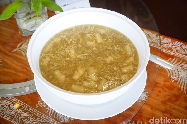 Hadir dengan konsep makan bersama, satu porsi sup ayamnya bisa untuk 5 orang.