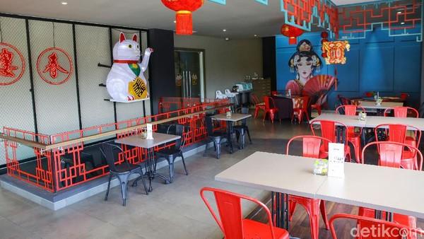 Selain itu, ada Chinese restaurant yang jadi andalan Aston Banyuwangi Hotel & Conference, Royal Jade Chinese Restaurant. Restoran ini berada di bagian depan hotel yang dibalut kaca.Sebagai restoran Chinese pertama di Banyuwangi, Royal Jade punya menu yang sangat menggoda. Mulai dari mantao, wok fried beef, beef szechian hot plate, sup ayam sampai ayam nangking dibuat sesuai dengan rasa asli Tiongkok. Tapi tenang saja, karena semuanya halal.