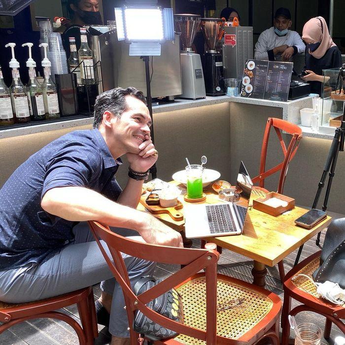 Doyan Kulineran, Ini Momen Atalarik Syah saat Makan Es Krim dan Jagung Bakar