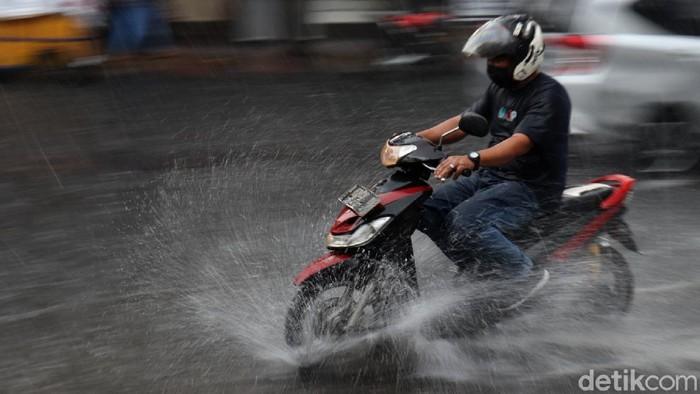 Hujan dengan intensitas cukup tinggi terjadi di Kota Bandung, Jawa Barat, Selasa (4/5/2021) sore. Bahkan genangan timbul di beberapa sudut jalan.