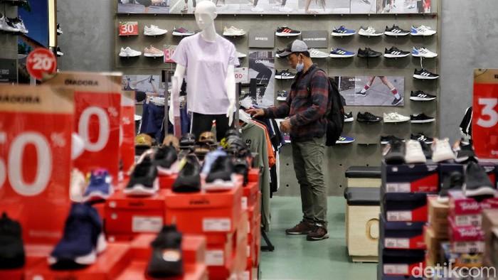 Pengunjung berbelanja pakaian di kawasan Matahari Departemen Store, Mal Artha Gading, Jakarta Utara, Senin (4/5). Menurut keterangan pengelola mal, saat ini sudah mulai banyak pengunjung yang berbelanja pakaian lebaran.