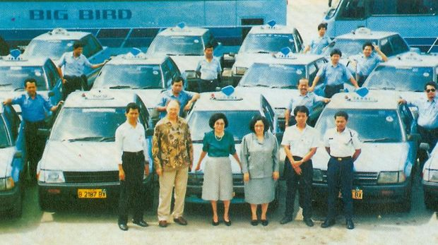 Mutiara Fatimah Djokosoetono, pendiri PT Blue Bird Tbk berfoto bersama pengemudi dan karyawan