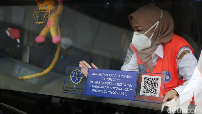 Kakorlantas Polri Irjen Pol Istiono menempelkan stiker angkutan AKAP terbatas di Terminal Pulo Gebang, Jakarta Timur, Selasa (4/5/2021). Layanan Antar Kota Antar Provinsi atau bus AKAP dilarang beroperasi selama masa larangan mudik Lebaran 2021 pada 6-17 Mei, kecuali bus berstiker khusus.