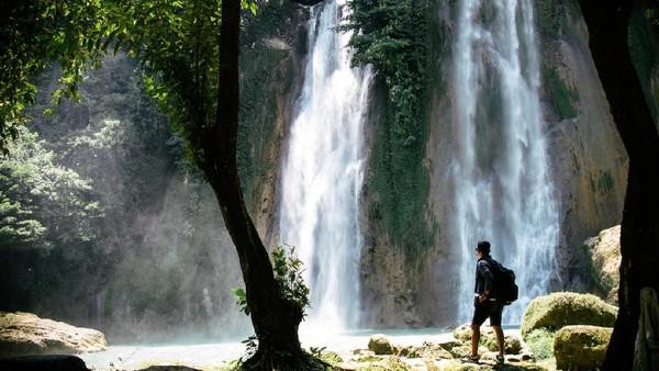 Airnya yang jernih mengalir di antara pepohonan hijau membuatnya bak seperti lukisan ilahi. Curug Cikaso ini memiliki tiga jalur air terjun yang masing-masing mempunyai nama, yakni Curug Asepan, Curug Meong dan Curug Aki yang semuanya menawan.