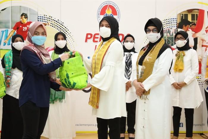 Dharma Wanita Persatuan (DWP) Kemenpora menggelar bakti sosial dengan memberikan paket sembako kepada tenaga honorer di lingkungan Kemenpora.