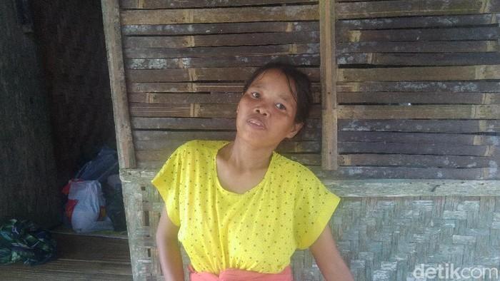Enah, ibu hamil yang ditandu melintasi hutan Pandeglang.