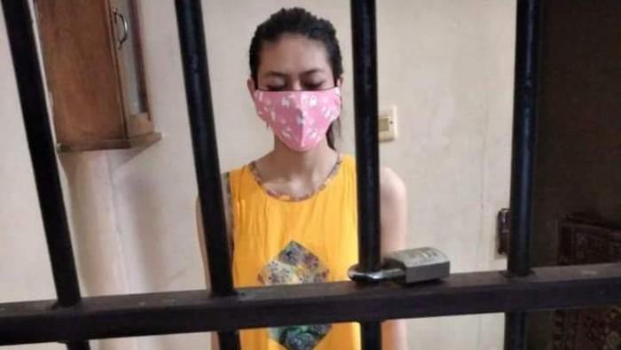 Foto tersangka kasus takjil sianida, Nani Aprilliani, dasteran di dalam sel tahanan viral di media sosial.