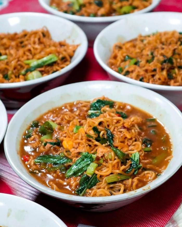 Harus Siap Antre Berjam-jam! Buat Makan Mie Instan di 5 Warung Ini