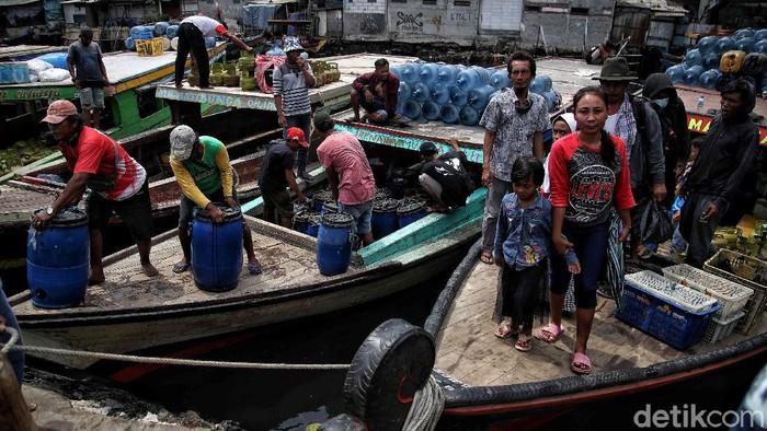 Sejumlah warga berbondong-bondong melakukan mudik di kawasan Kampung Nelayan Cilincing, Jakarta Utara.