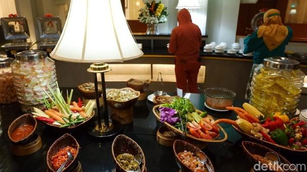 Traveler bisa berbuka puasa di hotel Savoy Homann Bandung. setiap harinya disajikan menu makanan berbeda dengan biaya hanya Rp 150 ribu saja. Total ada lebih dari 101 menu makanan nusantara dan tradisional dihidangkan di sini.