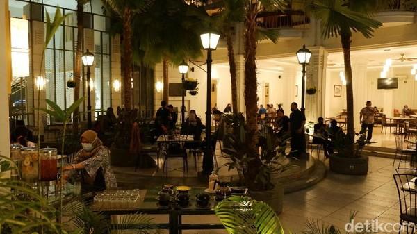 Adanya sirine zaman perang yang menandai waktu berbuka tentu membuat unik hotel Savoy Homann. Di sini berlaku protokol kesehatan yang ketat. Pihak hotel menegaskan hanya menerima pengunjung yang berbuka puasa melalui reservasi. Kapasitas restorannya dibatasi sampai 150 orang.