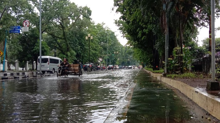 Jalan di Medan tergenang air usai diguyur hujan deras (Ahmad Arfah-detikcom)