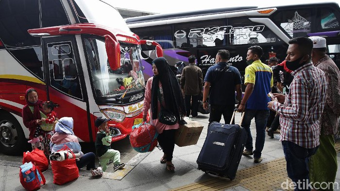 Pemudik berada di Terminal Pulo Gebang, Jakarta Timur, Selasa (4/5/2021). Jumlah penumpang yang berangkat dari Terminal Terpadu Pulo Gebang, Jakarta Timur, terus meningkat menjelang diberlakukannya aturan larangan mudik Lebaran 2021.