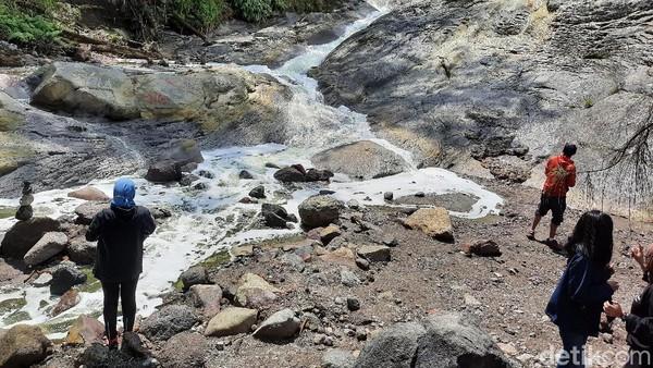 Aliran sungai Kalipait memang cukup eksotis. Mengalir di bebatuan bekas lava, tingkat kemiringannya 50-60 derajat. Sepintas mirip air terjun. Itulah sebabnya, orang sering menyebutnya air terjun Kalipait.