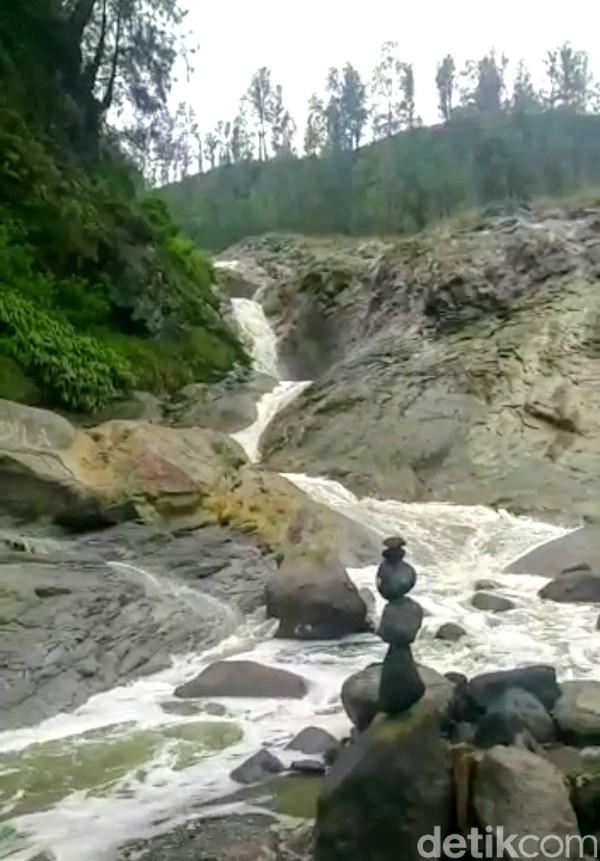 Sungai berair asam ini berada di dalam komplek Cagar Alam/Taman Wisata Alam Ijen Merapi Ungup-ungup. Sungai Kalipait telah dimasukkan dalam Ijen Geopark.
