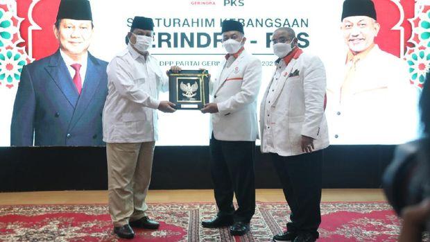 Ketum Partai Gerindra Prabowo Subianto menyambut kedatangan rombongan Presiden PKS Ahmad Syaikhu. Begini suasana pertemuannya (dok Istimewa)