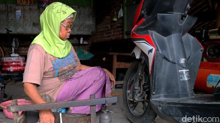 Usia yang tak lagi muda lantas tak membuat Mbah Kasminah (70) di Kudus, Jawa Tengah untuk berpangku tangan. Ia tetap gigih dan semangat membagi kisahnya.