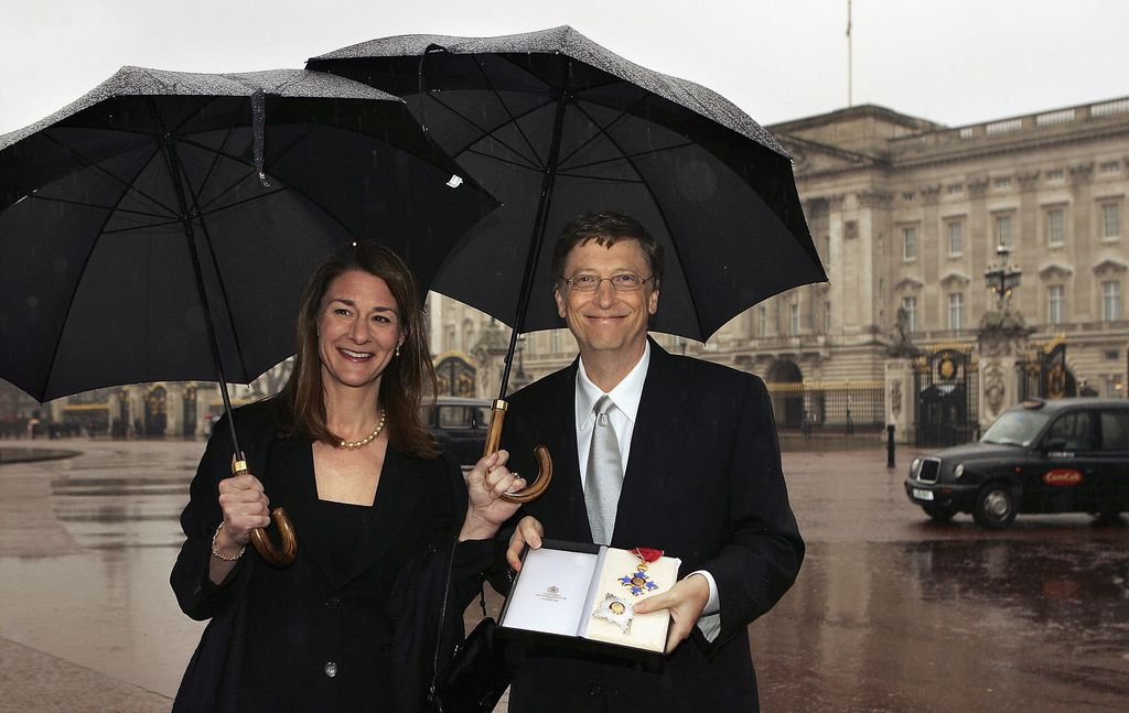 LONDON - MARCH 2:  Microsoft founder Bill Gates and his wife Melinda pose for photographers outside Buckingham Palace, March 2, 2005 in London, England. Mr Gates received a Knighthood from Queen Elizabeth II for his contribution to UK enterprise.  (Photo by Peter Macdiarmid/Getty Images)