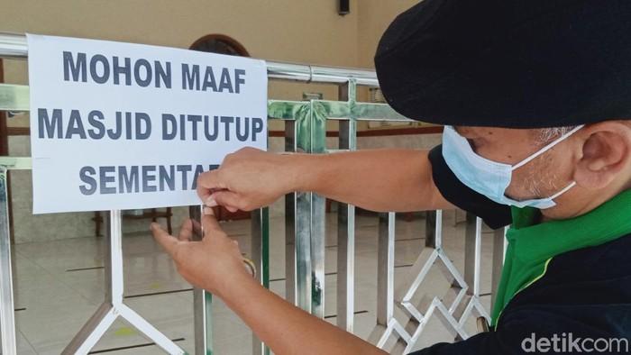 Masjid Al-Akbar Desa Kali Tengah, Kecamatan Wedi ditutup tiga hari usai seorang jemaah positif Corona.