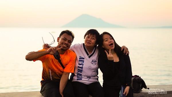 Fadly, Mami Angely dan Docath tak lupa mengabadikan momen cantik ini, sunset dengan latar pulau Manado Tua