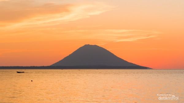 Golden sunset dengan view pulau Manado Tua