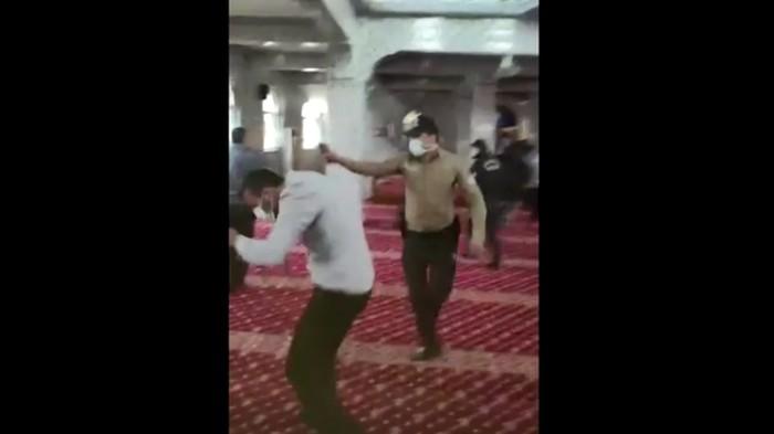 Pengikut oposisi Islam di Turki disemprot disinfektan dan diusir paksa dari masjid oleh polisi. Mereka dinilai tujuannya bukan ibadah melainkan provokasi terkait pembatasan aktivitas terkait Covid-19.