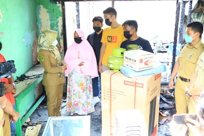 Pemerintah Kota Mojokerto memberikan bantuan kepada warga Kauman yang mengalami musibah kebakaran rumah pada Sabtu (1/5/) lalu.