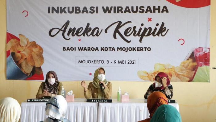 Pemerintah Kota Mojokerto menggerakkan pelatihan inkubasi produk-produk makanan ringan guna mewujudkan masyarakat mandiri.