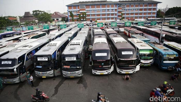 Penumpang menaiki bus AKAP di Terminal Bekasi, Jawa Barat, Selasa (4/5/2021). Jelang larangan mudik pada tanggal 6-17 Mei 2021 jumlah penumpang bus mengalami peningkatan 20 persen dari hari biasa.