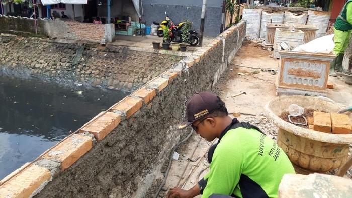 Pengerjaan taman di Jembatan Kota Paris, Johar Baru, Jakarta Pusat.