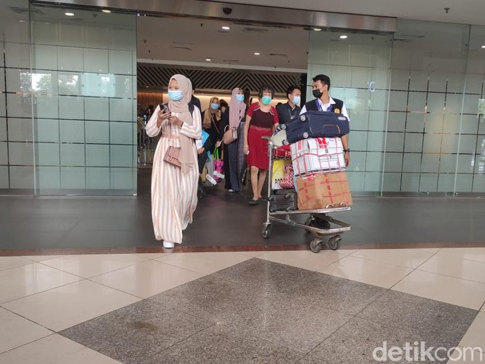 Dua hari menjelang masa larangan mudik, penumpang di Bandara Juanda Surabaya mulai ramai. Potret ramainya penumpang terpantau di pintu  kedatangan penerbangan domestik.