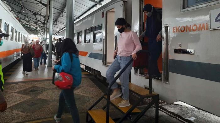 penumpang di stasiun gubeng