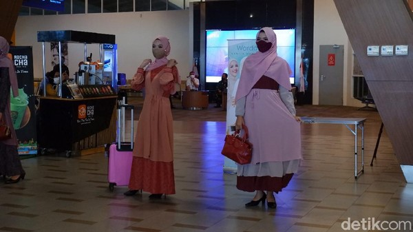 Dengan menggunakan dress berwarna soft, para karyawan dan karyawati itu berlenggak-lenggok bak model profesional. Mereka berlagak seperti sedang di atas catwalk, padahal lagi di bandara.