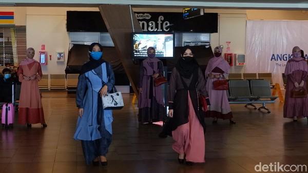 Terkait busana muslim yang digunakan, pihak Bandara Husein Sastranegara berkolaborasi dengan Ethica untuk menyalurkan ekspresi dan kreasi untuk menghidupkan kembali industri fashion di masa pandemi.