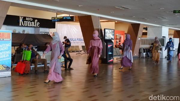 Seperti tak ingin ketinggalan trend fashion, pihak Ethica menggunakan warna soft dan bahwa flowy serta menggunakan layer dalam busana muslimnya. Tampak cantik bukan?