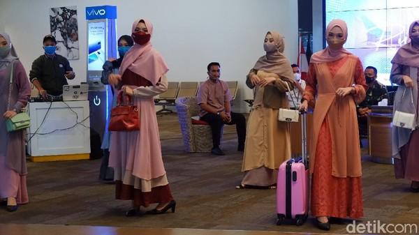 Para calon penumpang di Bandara Husein Sastranegara dihibur dengan peragaan busana muslim yang sedang ngetren tahun ini. Para model busana muslim tersebut ternyata bukan model sungguhan, melainkan karyawan dan kru pesawat yang bekerja di bandara itu.
