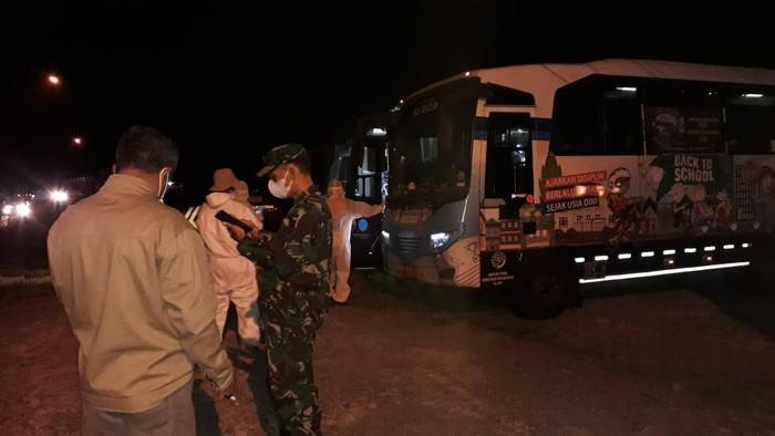 Petugas bersiap mengevakuasi warga satu RT di Banyumas yang positif Corona, Selasa (4/5/2021).