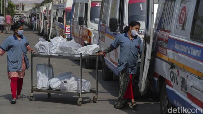 Pasien Covid-19 di Ahmedabad, India harus mengantre berjam-jam di dalam ambulans untuk mendapatkan perawatan di rumah sakit. Penumpukan pasien ini imbas lonjakan kasus Corona di India yang angkanya melebihi 300 ribu kasus baru perhari.