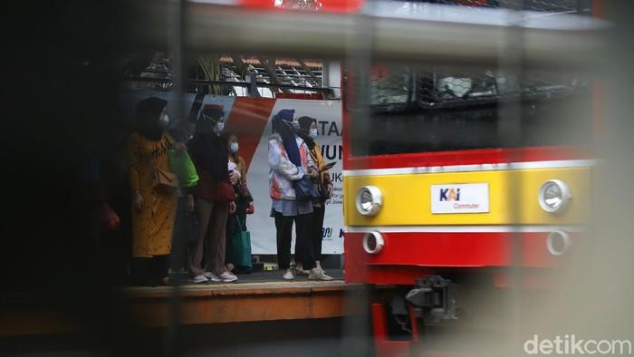 Terjadi lonjakan penumpang di Stasiun Kereta Api Palmerah, Selasa  (4/5/2021) sore, akibat rekayasa penutupan Stasiun Tanah Abang.