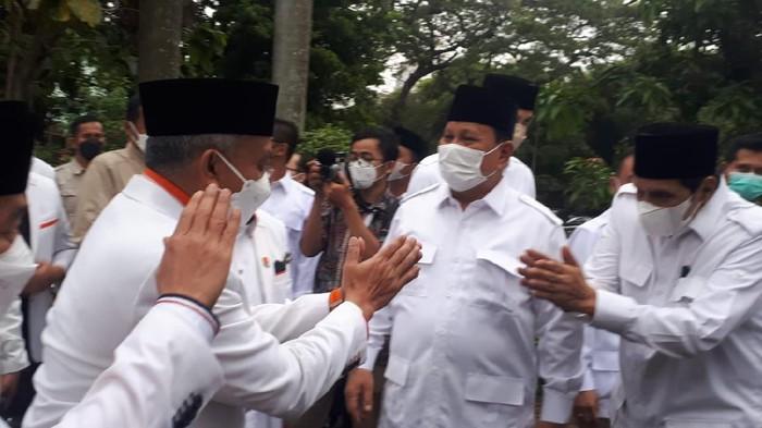 Prabowo menyambut kedatangan rombongan PKS, di DPP Gerindra, Jakarta, Selasa (4/5/2021).