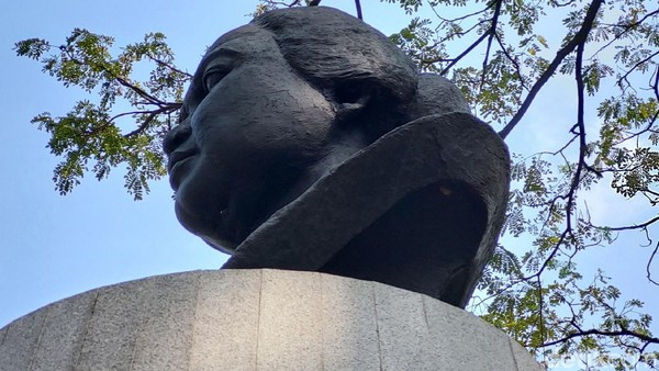 Prasasti berbahan baku tembaga itu dipasang di patung Dewi Sartika.