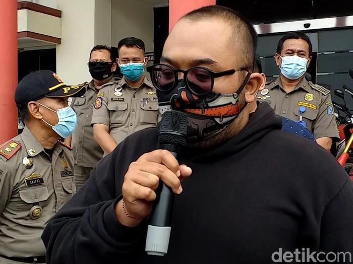 Pria yang viral membodohkan pengunjung mal bermasker di Surabaya telah ditangkap. Pelaku mengaku menyesali perbuatannya.